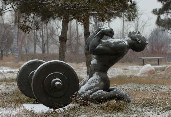 秦皇岛雪中奥林匹克大道公园 举重项目雕塑